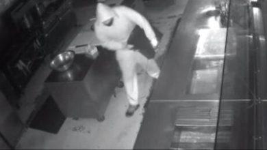 صورة صاحب مطعم يعرض وظيفة على لص اقتحم مطعمه لسرقته