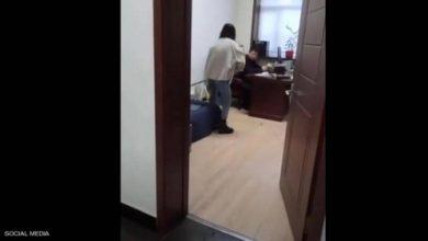 """صورة فيديو من قلب المكتب .. رد """"صاعق"""" من موظفة بعد تحرش مديرها"""
