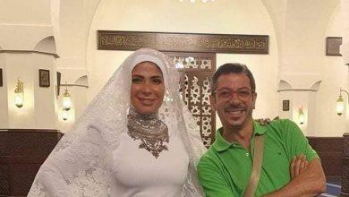 """صورة منى زكي متهمة بانتهاك حرمة المسجد .. ارتدت فستان زفاف """"ضيقاً"""