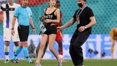 صورة فتاة تدخل إلى أرض الملعب في مباراة بلجيكا وفنلندا